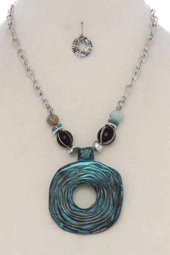 Cutout circle beaded short necklace